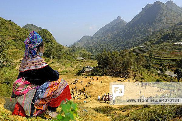 Vietnamesin vor Berglandschaft  Bac Ha  Nordvietnam  Südostasien