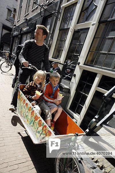 Fahrrad mit Kinderwagen  Kinder  Voetboogstraat  Amsterdam  Niederlande  Europa