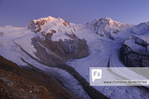 Blick im Dämmerlicht vom Gornergrat auf Monte Rosa Massiv  Grenzgletscher  Liskamm  Zermatt  Wallis  Schweiz  Europa
