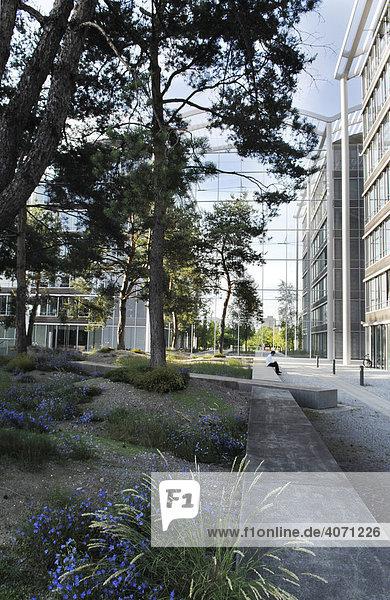 Park mit Bürogebäuden  Firmenzentrale 02  München  Oberbayern  Bayern  Deutschland  Europa
