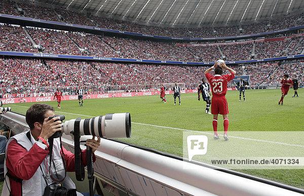 Fotograf beim Fußballspiel des FC Bayern München in der Allianz-Arena am 27.08.2005 in München  Bayern  Deutschland  Europa