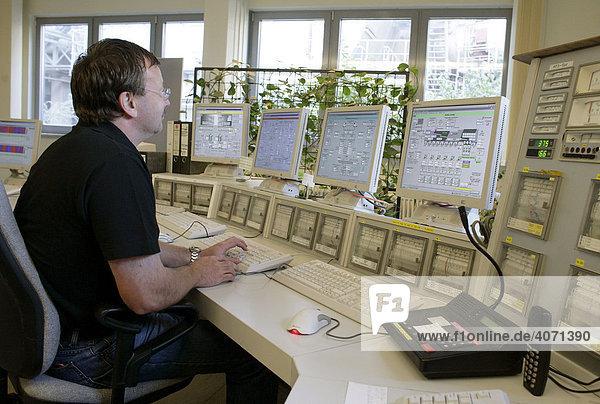 Mitarbeiter im zentralen Leitstand im Zementwerk Schwarzenfeld der HeidelbergCement AG in Schwarzenfeld  Bayern  Deutschland  Europa