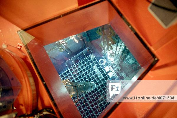 EON-Kernkraftwerk Isar II  Reaktorgebäude  Abklingbecken mit Brennelementewechselbühne beim Umsetzen der Brennelemente  Essenbach  Bayern  Deutschland  Europa