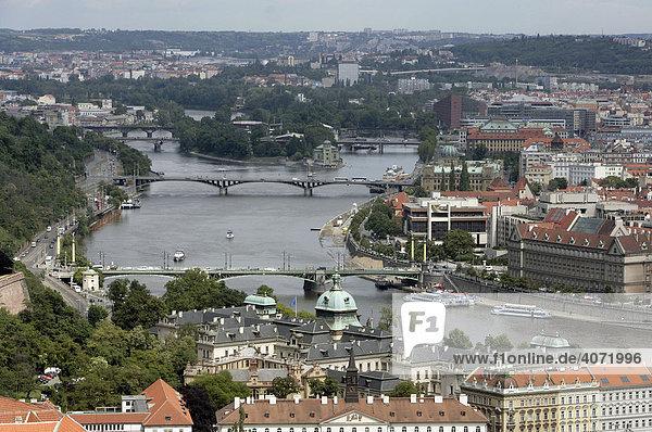 Stadtansicht mit Brücken über die Moldau  Prag  Tschechische Republik  Europa