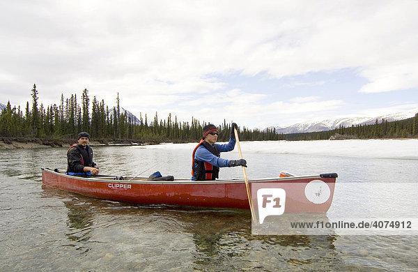 Kanufahrer auf dem Takhini Fluss  Yukon  Kanada