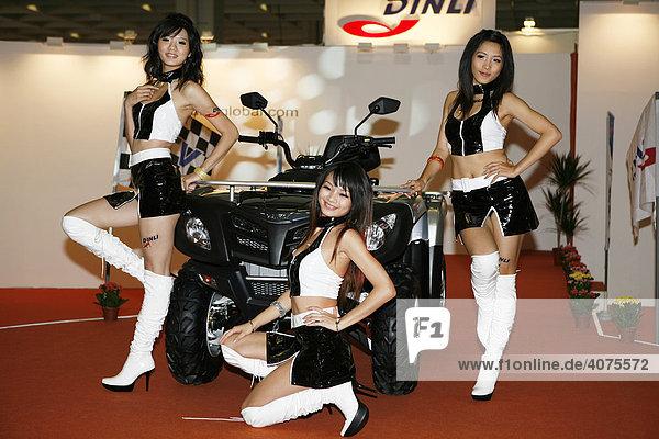 Motorradpräsentation mit weiblichen Models  Motorradmesse  Intermot 2008  Kölnmesse  Köln  Nordrhein-Westfalen  Deutschland  Europa