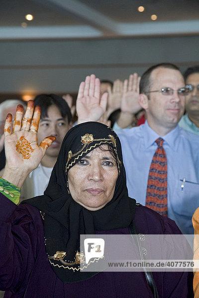 Eine Frau aus Jemen  eine von 600 Immigranten  die als neue US-Bürger eingeschworen werden  Detroit  Michigan  USA