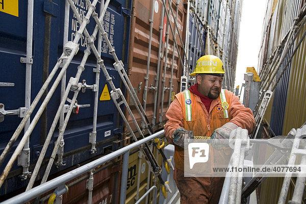 Schauermann  Hafenarbeiter  Mitglied der International Longshore and Warehouse Union Arbeitergewerkschaft  sichert Frachtcontainer auf der MSC Beijing im Hafen  Oakland  California  USA