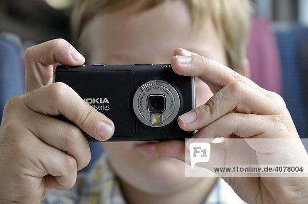 Achtjähriger Junge mit Handykamera im IC  Deutsche Bahn  Deutschland  Europa
