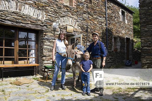 Eselswandern in den Cevennen  Familie mit Esel vor Unterkunft Gite d'etape  Frankreich  Europa