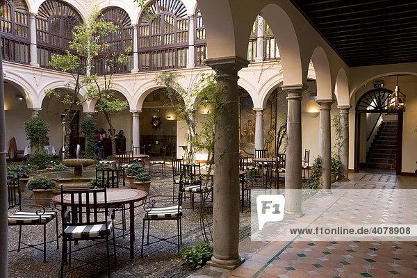 Innenhof des Parador Hotels  Parador De Granada San Francisco  Granada  Andalusien  Spanien  Europa