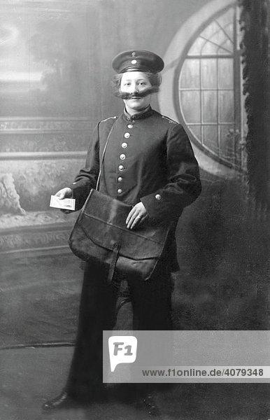 Frau als Postler verkleidet mit Brief  historische Aufnahme  ca. 1915