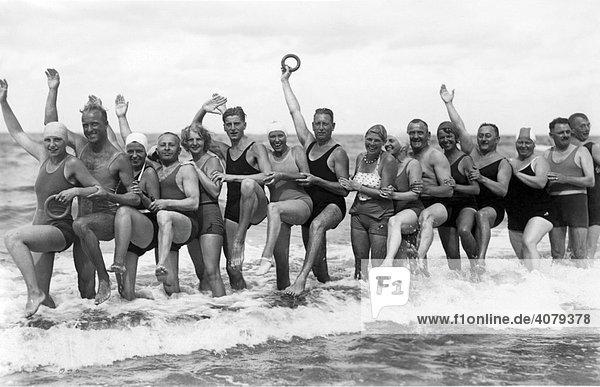 Badespaß im Meer  historische Aufnahme  ca. 1930  Usedom  Ostsee  Mecklenburg-Vorpommern  Deutschland  Europa