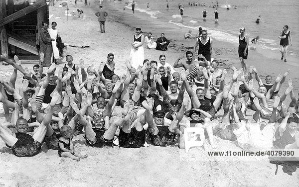 Gruppe von Menschen heben ihre Füße in die Luft  historische Aufnahme  1920  Usedom  Ostsee  Mecklenburg-Vorpommern  Deutschland  Europa