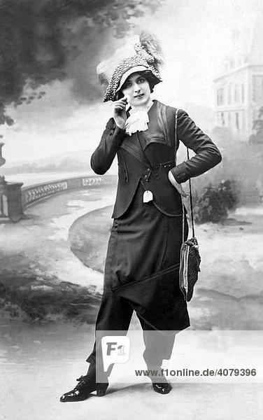 Frau posiert in modischem Hosenrock  historische Aufnahme  ca. 1900