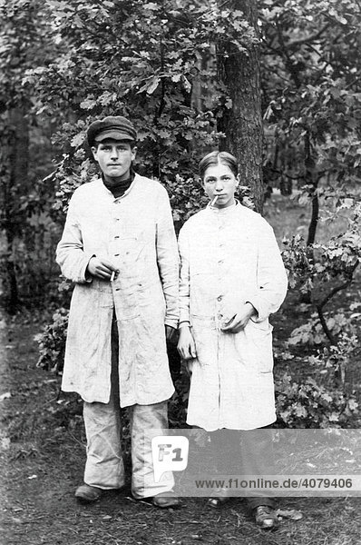 Zwei Jugendliche rauchen  historische Aufnahme  ca. 1910