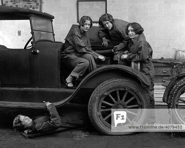 Automechanikerinnen reparieren ein Auto  historische Aufnahme  ca. 1920