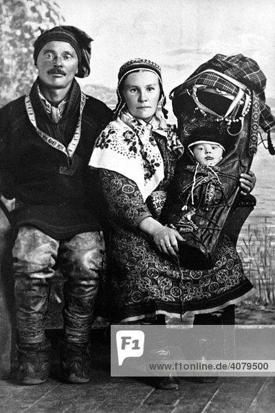 Samen in traditioneller Kleidung mit Baby  historische Aufnahme  ca.1920  Schweden  Skandinavien  Europa