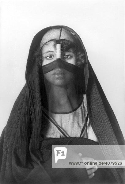 Afrikanische Frau in traditioneller Kleidung  historische Aufnahme  ca. 1900