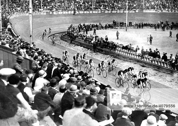 Historische Aufnahme  Radrennen auf der Bahn
