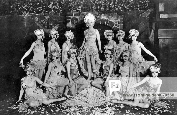Historische Aufnahme  Tanzgruppe