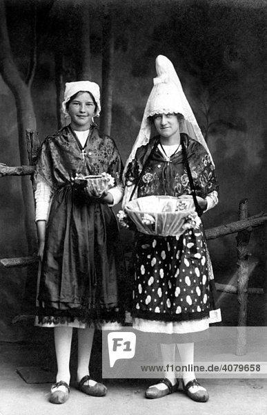Historische Aufnahme  Frauen tragen Tracht  ca. 1920