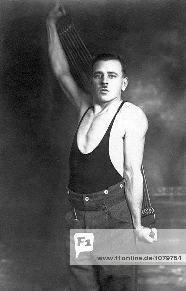 Historische Aufnahme  Mann mit Expander  ca. 1920