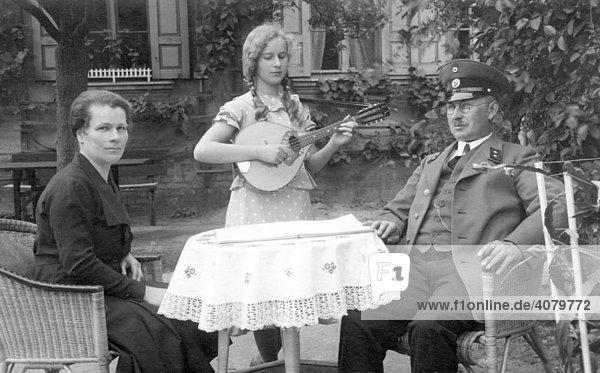Historische Aufnahme  Eltern mit musizierender Tochter  ca. 1915