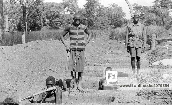 Historische Aufnahme  Sklaven an Ketten  Sklaverei