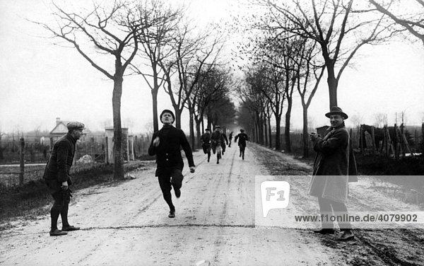 Historische Aufnahme  Marathonläufer kommt ins Ziel  ca. 1910