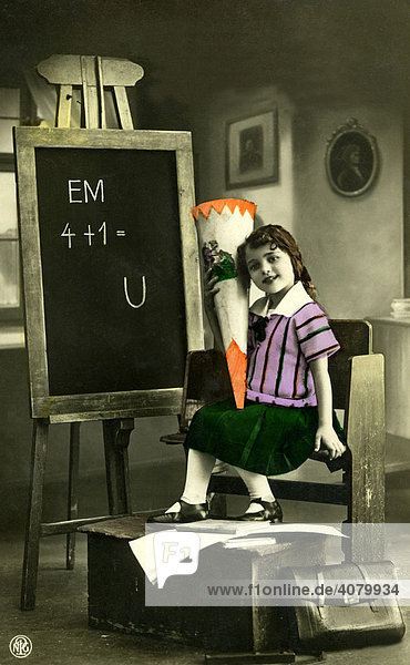 Historische Aufnahme  Mädchen  erster Schultag  ca. 1910