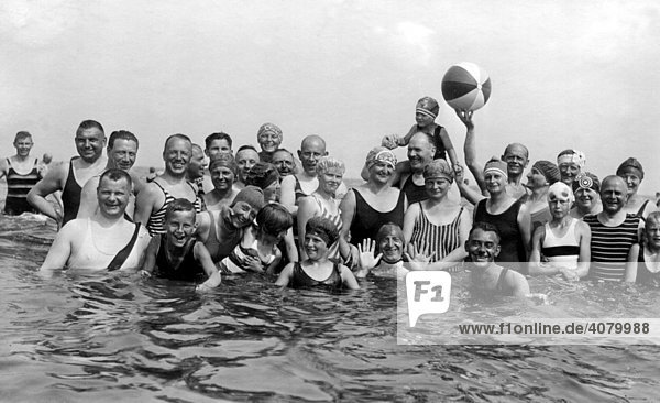 Historische Aufnahme  Badegruppe mit Ball  ca. 1930