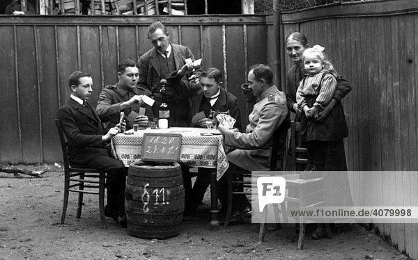 Historische Aufnahme  Männer beim Kartenspielen  ca. 1920