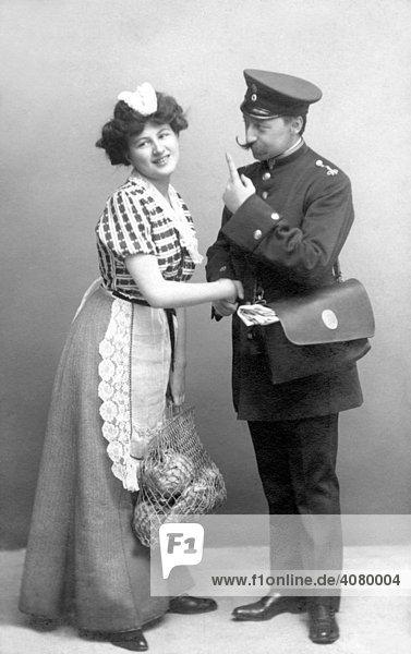 Historische Aufnahme  Briefträger flirtet mit Hausangestellter  ca. 1920