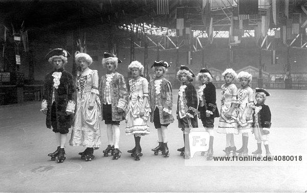 Historische Aufnahme  kostümierte Schauspieler auf Rollschuhen  ca. 1925