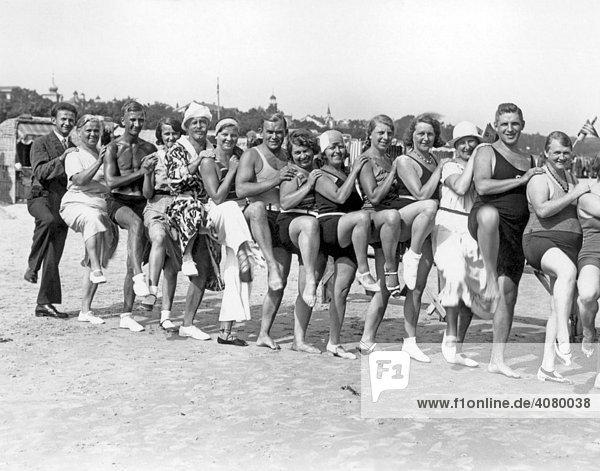 Historische Aufnahme  fröhliche Badegruppe  Ostsee  ca. 1930