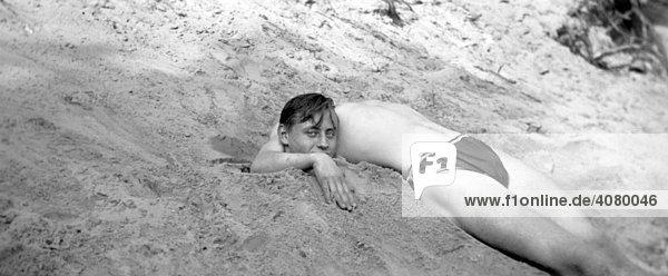 Historische Aufnahme  kopflos  in Sand eingegrabener Mann  ca. 1920