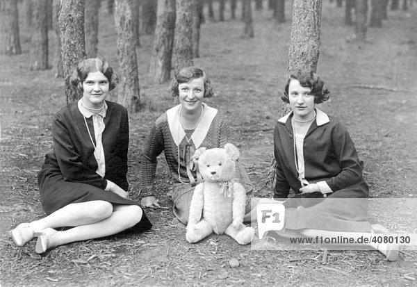 Historische Aufnahme  Ausflug mit Teddybär  ca. 1925
