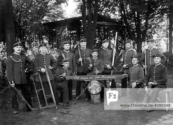 Historische Aufnahme  Es lebe das Handwerk  Reservisten mit Werkzeugen  ca. 1908