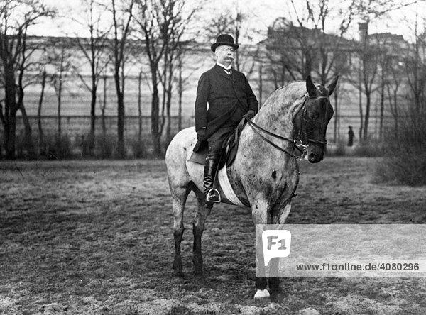 Historische Aufnahme  älterer Mann reitet auf einem Pferd  ca. 1910