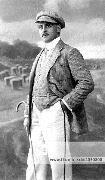 Historische Aufnahme  Mann im Anzug  Männermode  ca. 1926