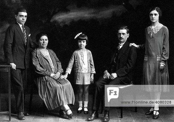 Historische Aufnahme  Familie mit Kindern  ca. 1925