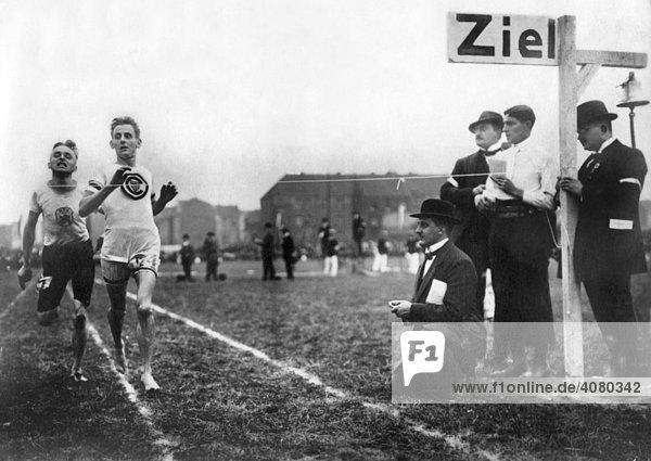 Historische Aufnahme  Sportler kommt ins Ziel  ca. 1912