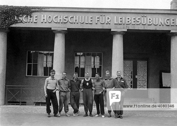 Historische Aufnahme  acht Sportstudenten  ca. 1928