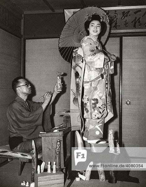 Historische Aufnahme  Geisha steht Modell  ca. 1928