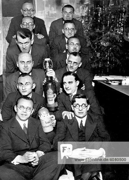 10 Männer feiern Weihnachten  historische Aufnahme  ca. 1932