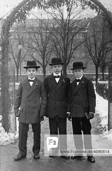 Drei Jungen im Anzug  historische Aufnahme  ca. 1918