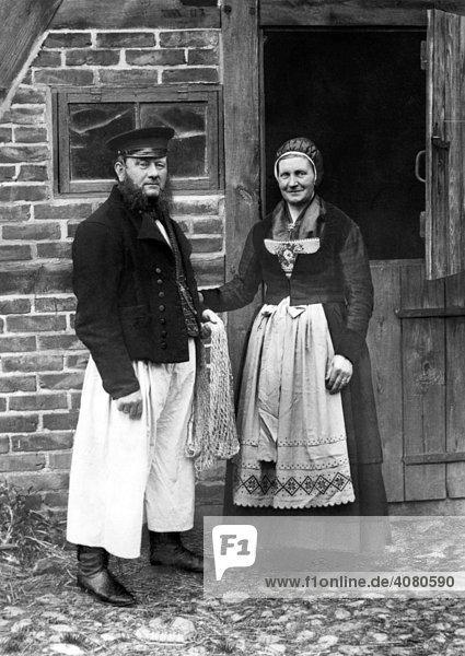 Fischerpaar in Tracht  Ostsee  historische Aufnahme  ca. 1928