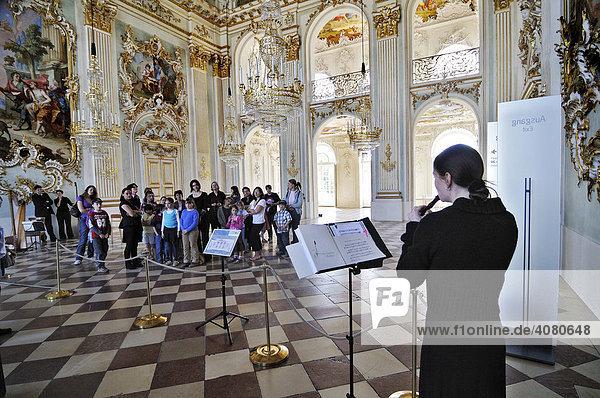 Flötenspiel in der Eingangshalle  Schloss Nymphenburg  München  Bayern  Deutschland  Europa