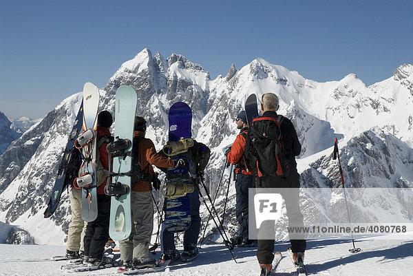 Snowboarder bei einer Tour im Gesäuse  Steiermark  Österreich  Europa